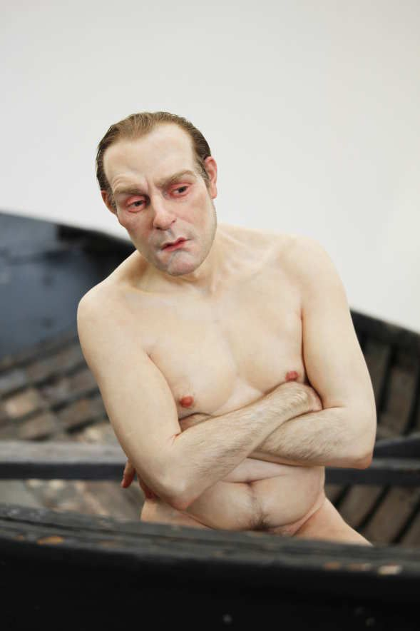 Ron Mueck, Man in a Boat, Detail von vorne (2000-2002), Ausstellungsansicht Theseustempel, Wien 2016, Installationsfoto: Alexandra Matzner.