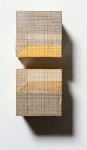 Roswitha Ennemoser, r.ä.u.m.e, Detail, 2000, Millimeterpapier, Karton, 14-teilig, je 8 x 8 x 8 cm, Installatioinsansicht, Foto: Heinz © MUSA.