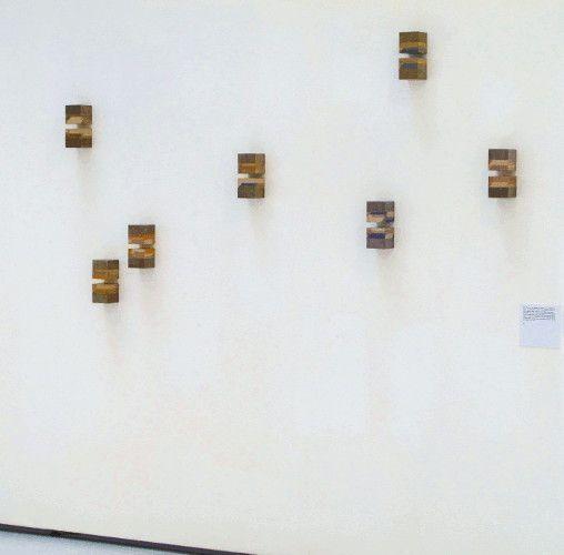 Roswitha Ennemoser, r.ä.u.m.e, 2000, Millimeterpapier, Karton, 14-teilig, je 8 x 8 x 8 cm, Installatioinsansicht, Foto: Heinz © MUSA.