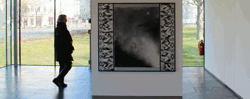 Silke Otto-Knapp, Front cloth (Mondaufgang), Wasserfarben und Gouache auf Leinwand, 2011, 140 x 160 cm, Installationsansicht in der Kunsthalle Wien Karlsplatz 2014.