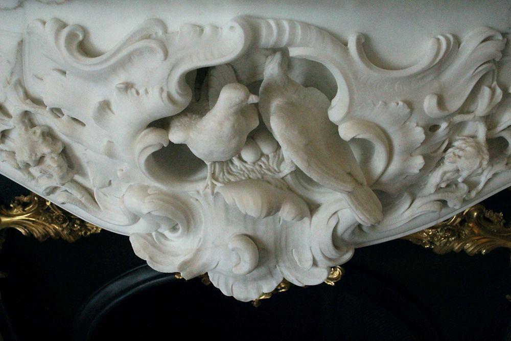 Schnäbelnde Tauben mit Nest vom Kamin im Schreibzimmer, Stadtpalais des Fürsten von und zu Liechtenstein, Wien 1010, Foto: Alexandra Matzner.