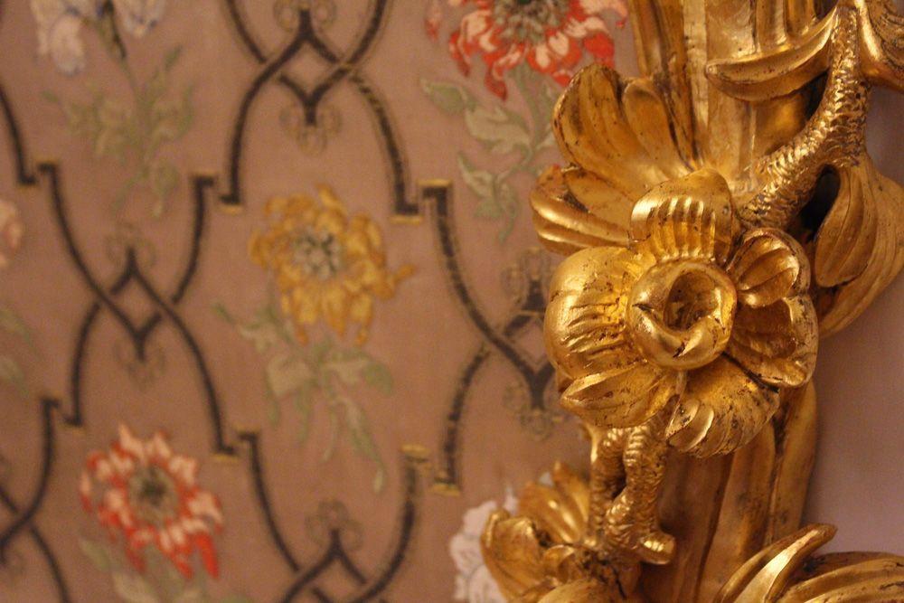 Detail von der vergoldeten Dekoration und der Seidenbespannung im Quadratsaal, Stadtpalais des Fürsten von und zu Liechtenstein, Wien 1010, Foto: Alexandra Matzner.