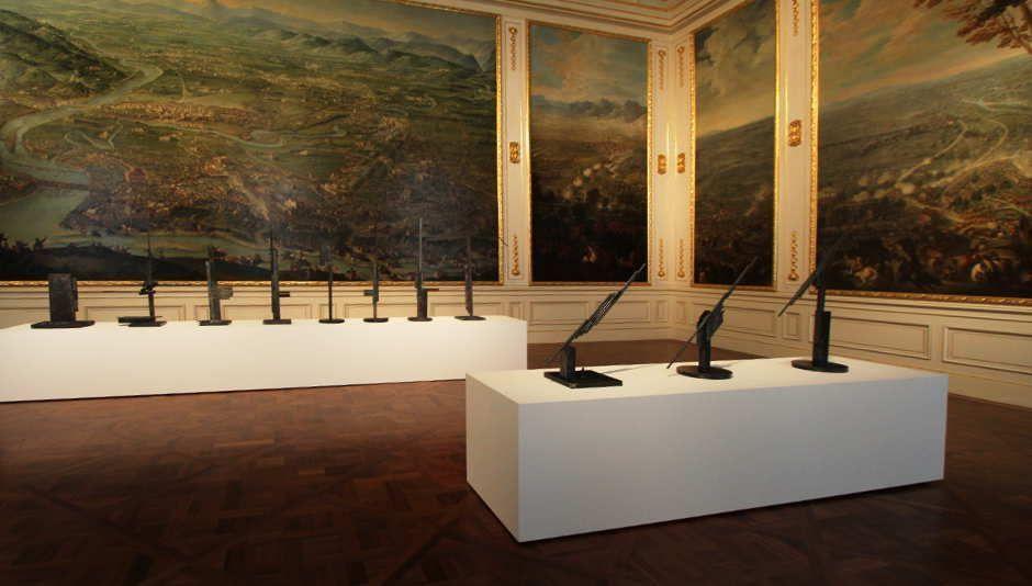 Sterling Ruby, Installationsansicht im Winterpalais/Wien: Schlachtensaal mit 13 Arbeiten aus der MS-Serie, 2010, Foto: Alexandra Matzner.