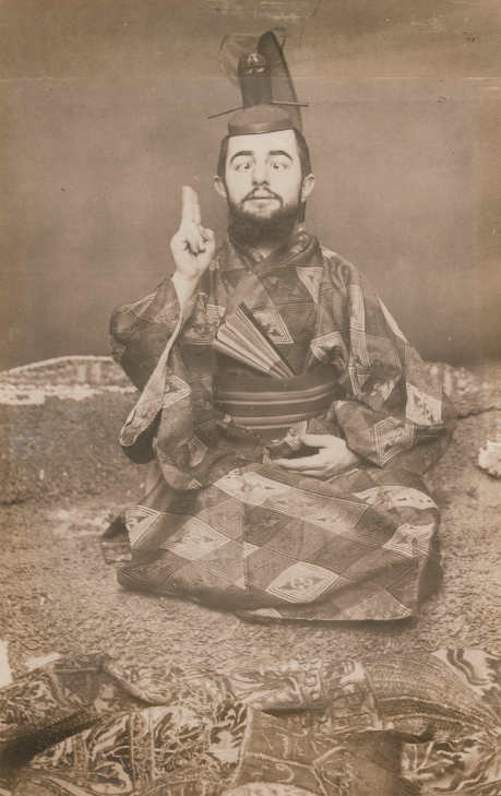 Maurice Guibert, Toulouse-Lautrec als Samurai, schielend, um 1892, Aus einem Album mit 33 Photographien von Toulouse-Lautrec, Originalabzug, Collection Georges Beaute © Beaute, Réalmont; Photographe David Milh.