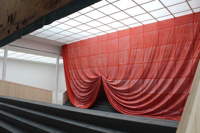 Ulla von Brandenburg, Innen ist nicht Außen, Blick auf den Vorhang, Installationsansicht Wiener Secession 2013, Foto: Alexandra Matzner.