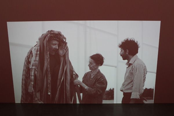 Ulla von Brandenburg, Die Stimme (Mann in Stoffen), Filmstill, 2013, Installationsansicht.