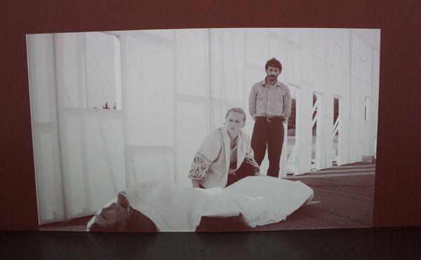 Ulla von Brandenburg, Die Stimme (zudecken), Filmstill, 2013, Installationsansicht.