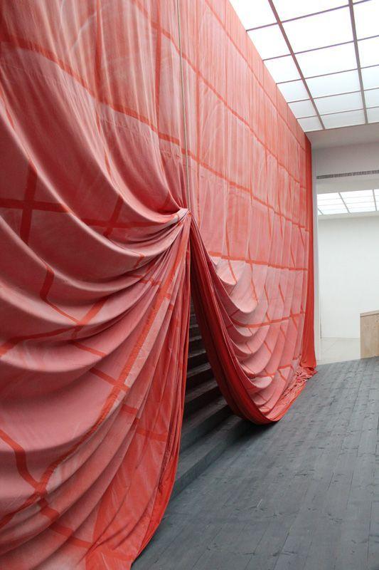 Ulla von Brandenburg, Innen ist nicht Außen, Vorhang. Installationsansicht Wiener Secession 2013, Foto: Alexandra Matzner.