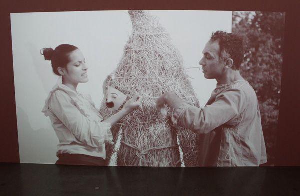 Ulla von Brandenburg, Die Stimme (Strohmann), Filmstill, 2013, Installationsansicht.