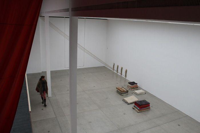 Ulla von Brandenburg, Innen ist nicht Außen, Blick von oben, Installationsansicht Wiener Secession 2013, Foto: Alexandra Matzner.