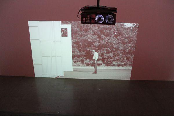 Ulla von Brandenburg, Die Stimme (Beginn), Filmstill, 2013, Installationsansicht.