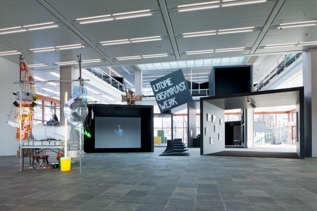 Utopie Gesamtkunstwerk, Ausstellungsansicht im 21er Haus, 2012 (Display Esther Stocker) © Belvedere, Wien / Foto: Roland Unger.