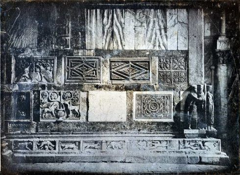 John Ruskin (1819–1900) und John Hobbs (gest. 1892), Venedig, San Marco. Südfassade: Detail und Tetrarchen (Venice, St. Mark's. South Façade: Detail and Tetrarchs), um 1850, Daguerreotypie, 12,2 x 16,3 cm (Ruskin Foundation (Ruskin Library, Lancaster University) Inv.-Nr. 1996D0021 RF Dag 21)