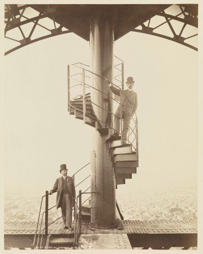Gustave Eiffel und Adolphe Salles auf der obersten Plattform des Pariser Eiffelturms, 1889, Fotografie, Neurdein Frères, Paris, 26,9 x 21,2 cm, Germanisches Nationalmuseum, Nürnberg.