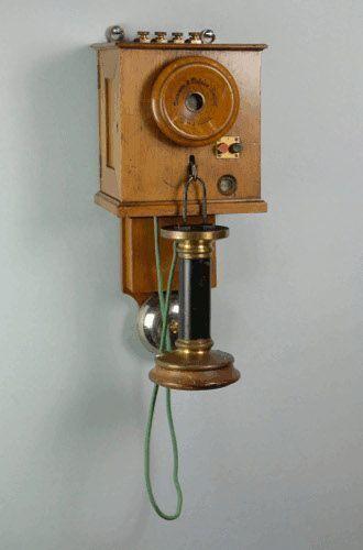 Fernsprechwandapparat, 1881, Hergestellt von: Siemens & Halske, Berlin, Holz, 48 x 21 x 23 cm, Museumsstiftung Post und Telekommunikation, Museum für Kommunikation Frankfurt.