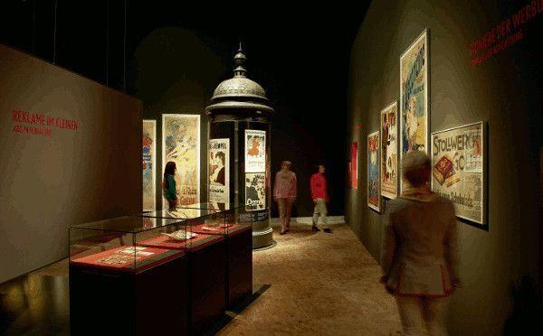 Litfasssäule und Plakate aus Wege in die Moderne. Weltausstellungen, Medien und Musik im 19. Jahrhundert im Germanischen Nationalmuseum, Nürnberg.