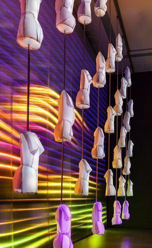 rosalie, WAGNER – Heldendisplay, 2013, Kinetisch-interaktive Licht-Klang-Skulptur (violett-gelb-weiß) © rosalie; Fotos: Wolf-Dieter Gericke.
