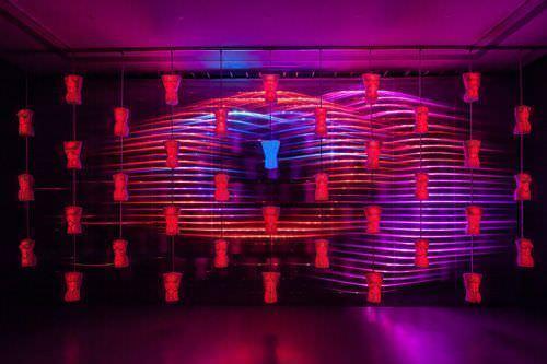 rosalie, WAGNER – Heldendisplay, 2013, Kinetisch-interaktive Licht-Klang-Skulptur (rosa-blau) © rosalie; Fotos: Wolf-Dieter Gericke.