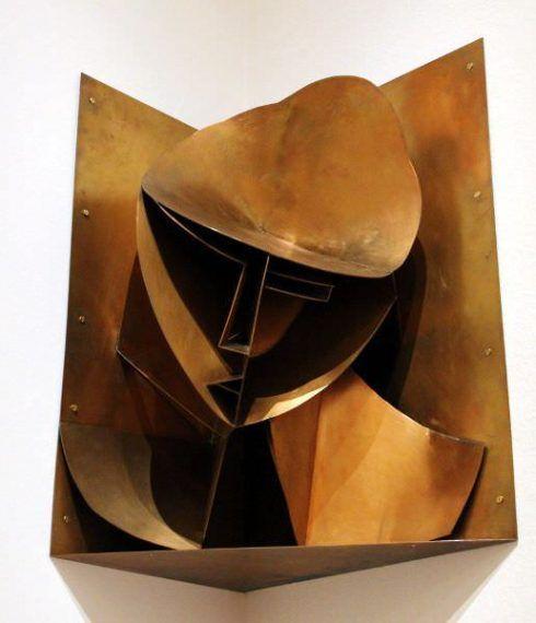 Naum Gabo, Konstruktiver Kopf Nr. 3 (Kopf in einer Ecknische), 1917 (Rekonstruktion 1964), Silikatbronze, 62 × 70 × 35 cm © Berlinische Galerie, The Work of Naum Gabo (Nina & Graham Williams).