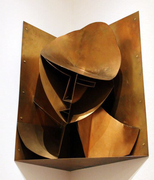 Naum Gabo, Konstruktiver Kopf Nr. 3 (Kopf in einer Ecknische), 1917 (Rekonstruktion 1964), Silikatbronze, 62 × 70 × 35 cm © Berlinische Galerie, The Work of Naum Gabo (Nina & Graham Williams).