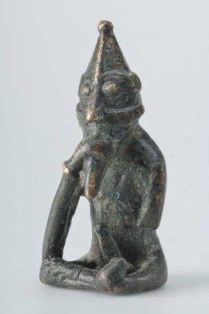 Figur in Form eines sitzenden Mannes, Nachbildung, Bronze Das Original stammt aus Rällinge, Lunda, Södermanland, Schweden (c) Gabriel Hildebrand /The Swedish History Museum (SHM 29750:118).