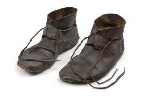Schuhe, Nachbildung, Leder (c) Gabriel Hildebrand /The Swedish History Museum (SHM -99).