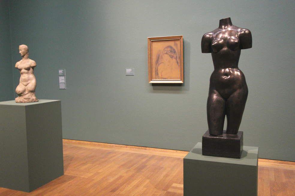 Wilhelm Lehmbruck, Ausstellungsansicht Leopold Museum 2016: Kleiner weiblicher Torso (Hagener Torso), 1910/11; Torso der Großen Sinnenden, 1913, Foto: Alexandra Matzner
