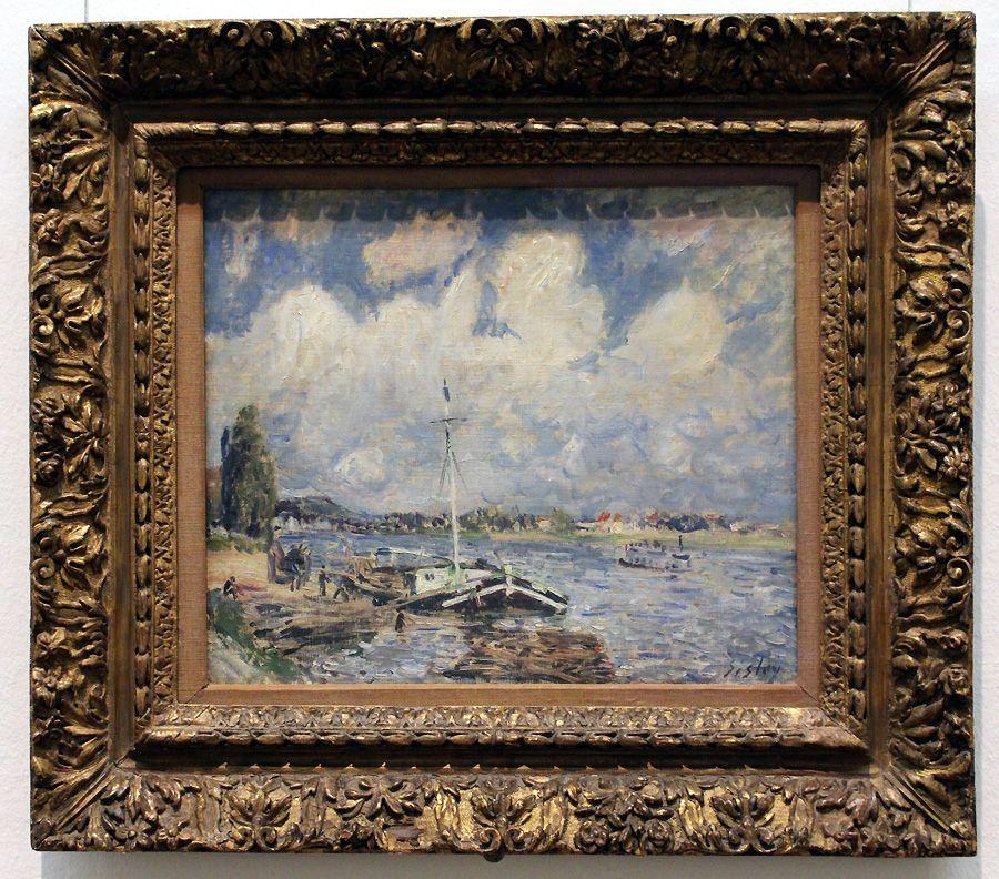 """Alfred Sisley, Boote auf der Seine, um 1877 (The Samuel Courtauld Trust, The Courtauld Gallery, London), Installationsansicht """"Wolken"""" im Leopold Museum, Foto: Alexandra Matzner."""