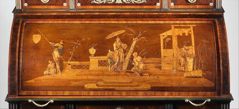 David Roentgen, Januarius Zick (Entwürfe für die Marketerie), Rolladen-Schreibtisch, Marketerie, um 1776–1779, Eiche, Pinie, Mahagoni, Kirsche, Weißbuche, Ahorn, Buchsbaum, Perlmutt, teilweise vergoldetes und bearbeitetes Leder, vergoldete Bronze, Eisen, Stahl und Messing, 135.9 x 110.5 x 67.3 cm (The Metropolitan Museum of Art, New York, Rogers Fund, 1941, Inv.-Nr. 41.82)