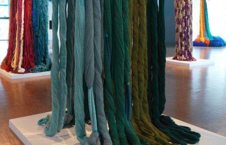 Sheila Hicks, Ligne de vie, Ausstellungsansicht © Centre Pompidou Philippe Migeat