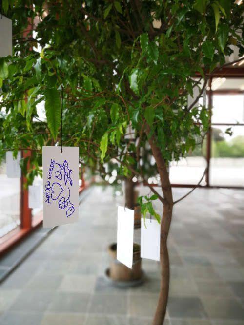 Ein Wunsch am Wish Tree von Yoko Ono, Ausstellungsansicht 21er Haus, 2017 (© Yoko Ono), Foto: Alexandra Matzner, ARTinWORDS.