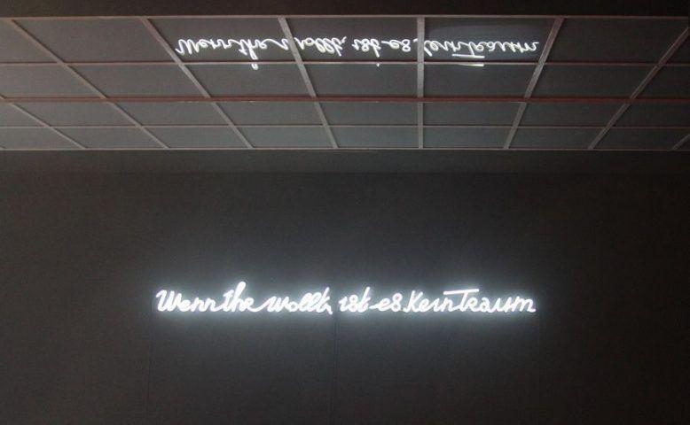 """Yael Bartana, """"Wenn ihr wollt, ist es kein Traum"""" (Neonschrift), Ausstellungsansicht aus der Wiener Secession (7.12.2012-10.2.2013), Neon-Schriftzug """"Wenn ihr wollt, ist es kein Traum"""", Foto: Alexandra Matzner."""