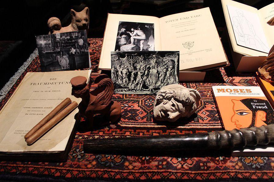 """Yael Bartana, """"Wenn ihr wollt, ist es kein Traum"""" (Freud), Ausstellungsansicht aus der Wiener Secession (7.12.2012-10.2.2013), Schrein für Sigmund Freud, Foto: Alexandra Matzner."""