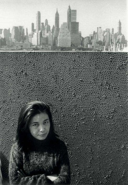 Yayoi Kusama mit einem ihrer Infinity Net Gemälden in New York, um 1961 © Yayoi Kusama, Courtesy of Ota Fine Arts, Tokyo/Singapore, Victoria Miro Gallery, London, David Zwirner, New York.