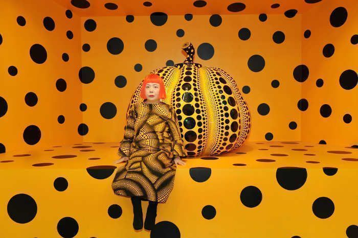 Yayoi Kusama mit Kürbis / with Pumpkin, 2010, 2010, mixed media, Installation, Ansicht von der Aichi Triennale 2010, Courtesy Ota Fine Arts, Tokyo/Singapore; Victoria Miro Gallery, London; David Zwirner, New York; og KUSAMA Enterprise © Yayoi Kusama.