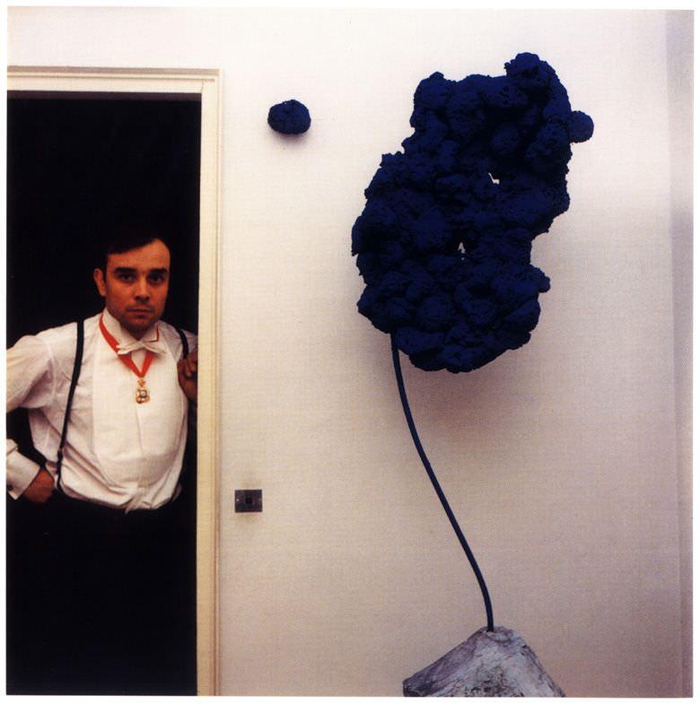 Yves Klein in seinem Appartement, rue de Champagne- Prèmiere, ca 1960, Foto : Harry Shunk © Harry Shunk